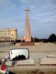 """Laukdamas kompanijono pasivažinėju po Marijampolę. Naujasis miesto akcentas - paminklas """"Tautai ir kalbai"""". aut. K. Balčiūnas."""